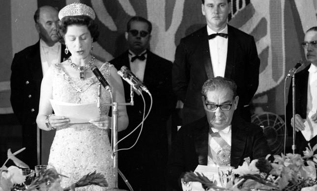 Elizabeth II discursa no Palácio Itamaraty, ao lado do presidente Artur da Costa e Silva, em 1968