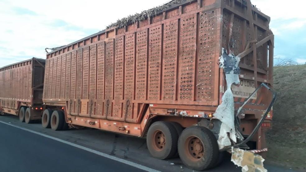 Caminhão envolvido em acidente de Pirassununga estava carregado de cana — Foto: Polícia Militar Rodoviária/Divulgação