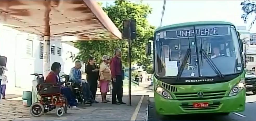 Cadeirantes têm reclamado de serviço de ônibus em Passos (MG) — Foto: Cacá Trovó/EPTV