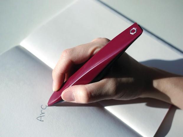 Grupo de pesquisadores desenvolveu a caneta ARC, para ajudar pessoas com Parkinson a escrever à mão (Foto: Dopa Solution/Divulgação)
