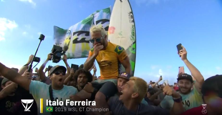 Ítalo Ferreira vence Gabriel Medina em final épica em Pipeline e é campeão mundial de surfe