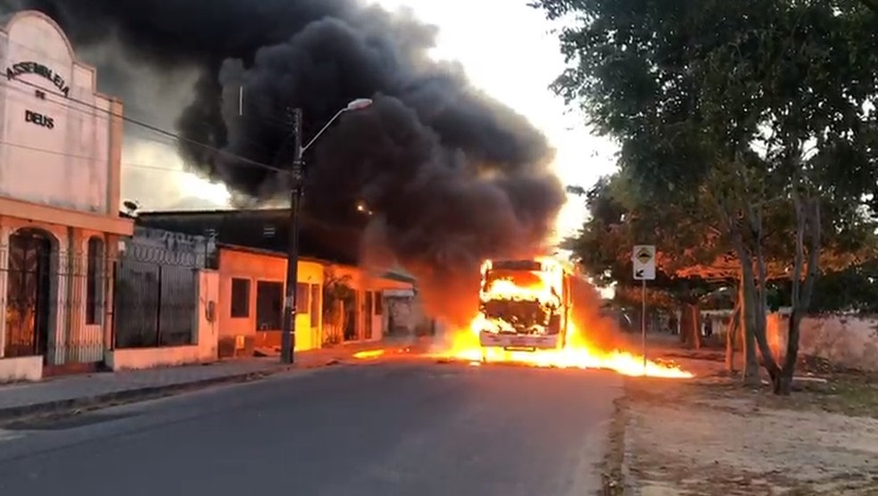 Ceará tem ônibus e carros incendiados em onda de ataque que ocorre desde o fim de semana — Foto: Evenilson Pinto/Arquivo Pessoal