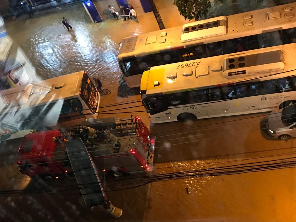 Bombeiros chegam com barco na Rua Jardim Botânico â?? Foto: Cristiane Caoli/TV Globo