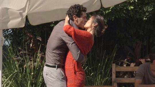 Últimos capítulos: Germano dá beijo de tirar o fôlego em Roberta