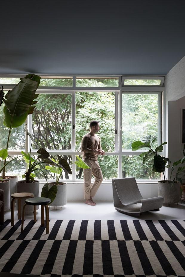 Maurício Arruda mostra seu apartamento com tetos coloridos (Foto: Lufe Gomes)