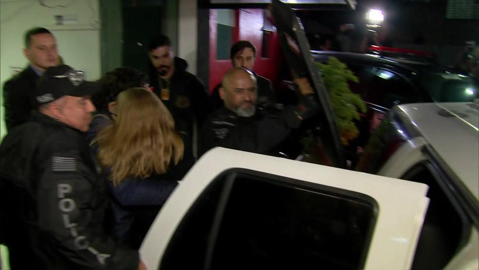 Mulher que acusa Neymar de estupro deixa delegacia após passar mal.  — Foto: Reprodução/ GloboNews