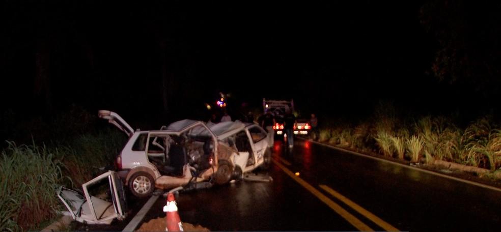 Quatro pessoas morreram em um grave acidente na noite dessa quinta-feira (4) na Rodovia Helder Cândia (MT-010), popular Estrada da Guia — Foto: TV Centro América