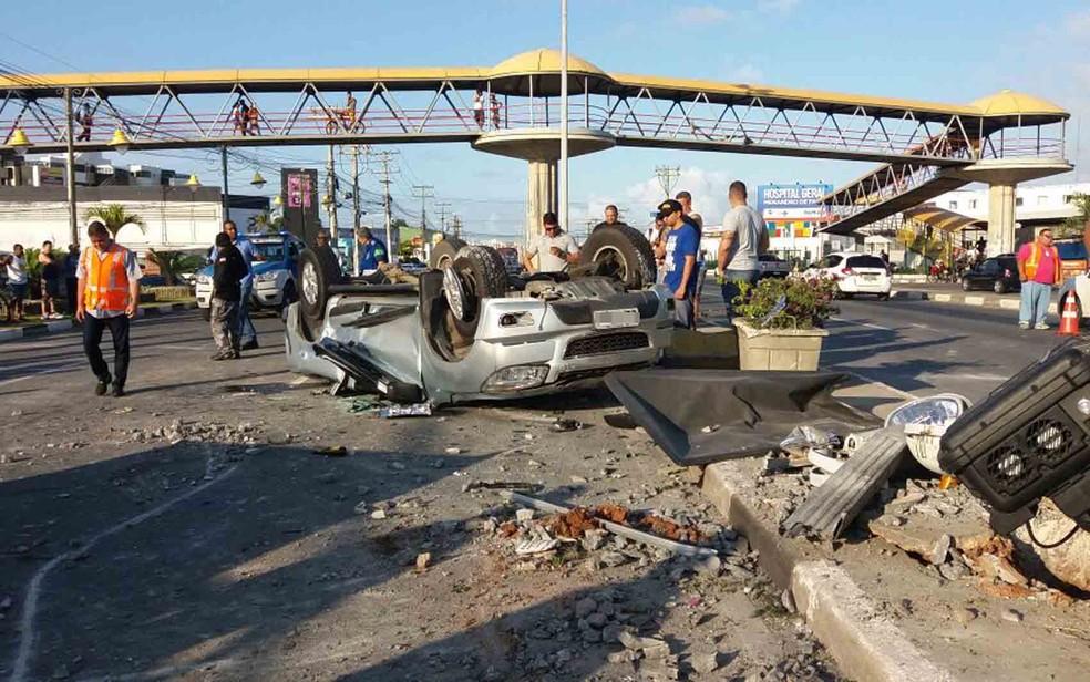 Carro capotou e ficou destruído, na cidade de Lauro de Freitas (Foto: Mayara Magalhães/ TV Bahia)