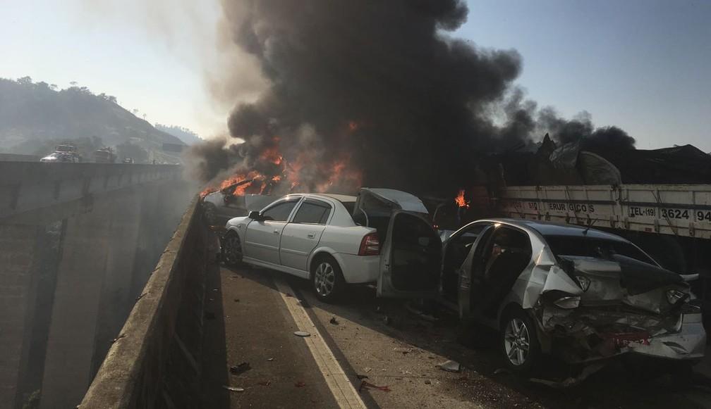 Acidente provoca incêndio e morte na Carvalho Pinto em Jacareí (Foto: Divulgação/ Corpo de Bombeiros)