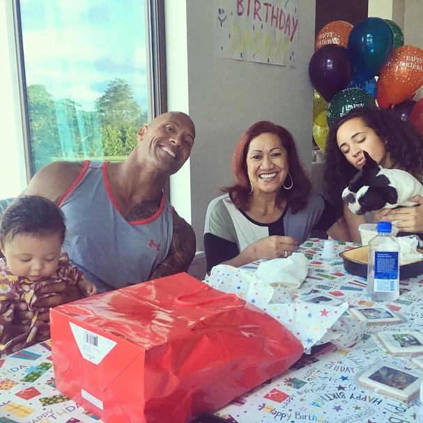 The Rock com a mãe e as filhas Jasmine e Simone (Foto: Instagram/Reprodução)