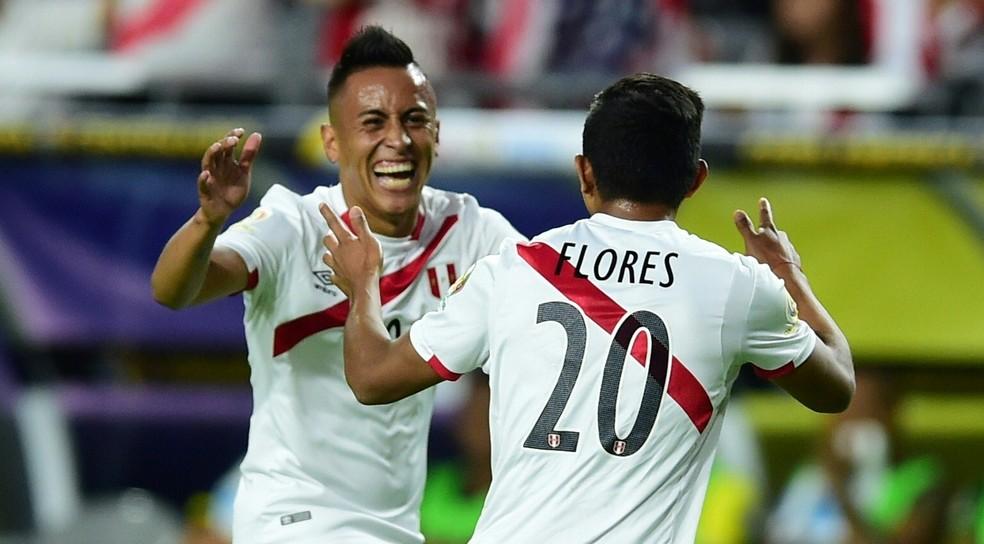 Cueva e Édison Flores celebram gol: parceria deu certo nas eliminatórias sul-americanas (Foto: AFP)
