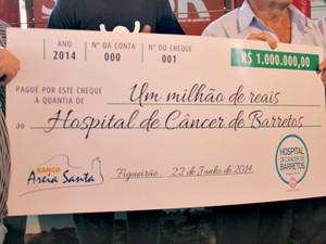 Três cheques de R$ 1 milhão e um de R$ 700 mil foram entregues pelo milionário (Foto: Gabriela Pavão/ G1 MS)