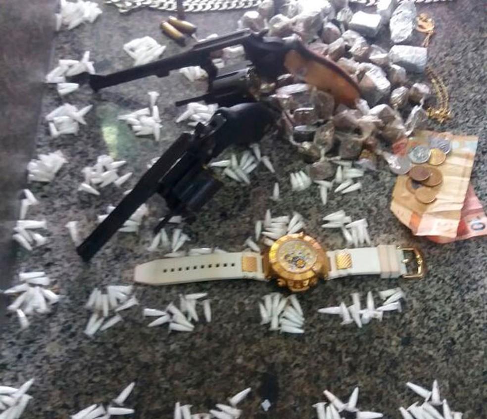 Drogas e armas foram apreendidas com os suspeitos, diz PM (Foto: Divulgação/PM)