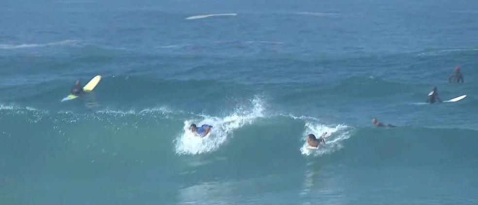 Surfistas disputam ondas na Zona Oeste mesmo com decreto proibindo — Foto: Reprodução/TV Globo