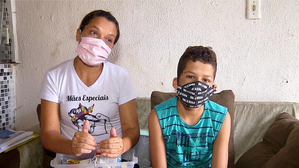 Saonara Bezerra e o filho Jonathan Yan, que foi diagnosticado com cinco tumores no cérebro — Foto: Anna Alyne Cunha/Inter TV Cabugi