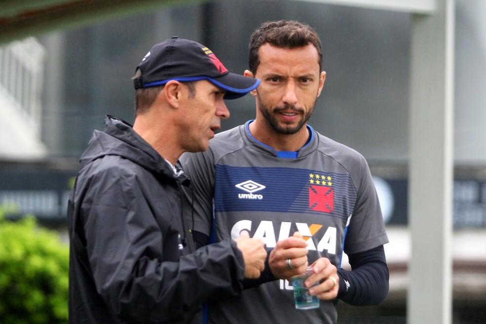 Milton Mendes conversa com Nenê: meia terá que recuperar seu espaço, de acordo com o técnico (Foto: Paulo Fernandes/Vasco.com.br)