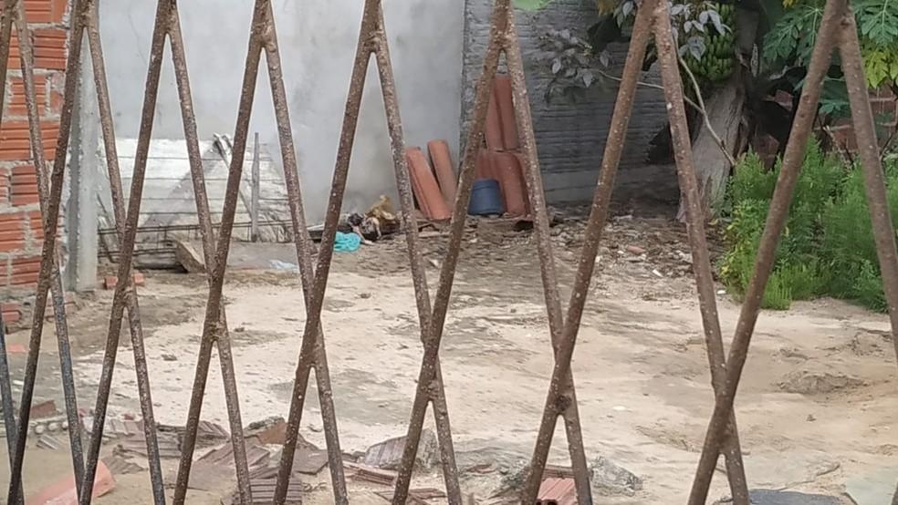 Corpo da bebê foi encontrado na manhã desta quarta-feira (27) no quintal de uma casa no bairro Rosa dos Ventos, em Parnamirim — Foto: Alan Cléber/Inter TV Cabugi