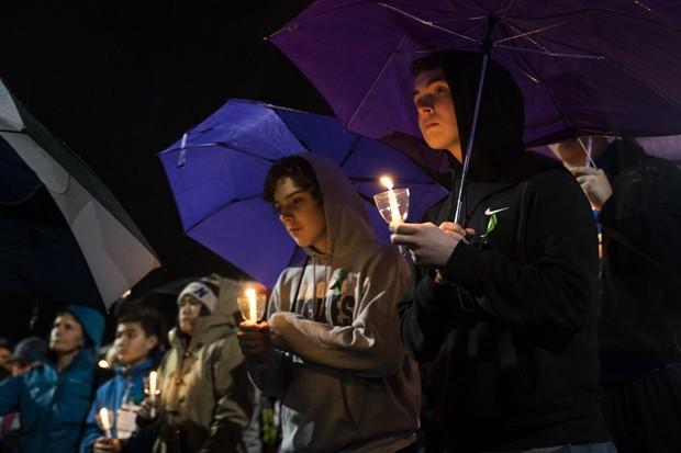 Estudantes participam de vigília na Flórida depois do tiroteio na escola Marjory Stoneman Douglas, que terminou em 17 mortos (Foto: Drew Angerer/Getty Images)