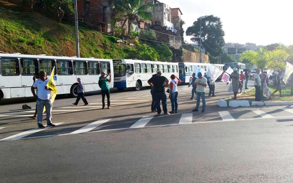 Manifestantes impedem a entrada de ônibus na Estação da Lapa (Foto: Mauro Anchieta/TV Bahia)