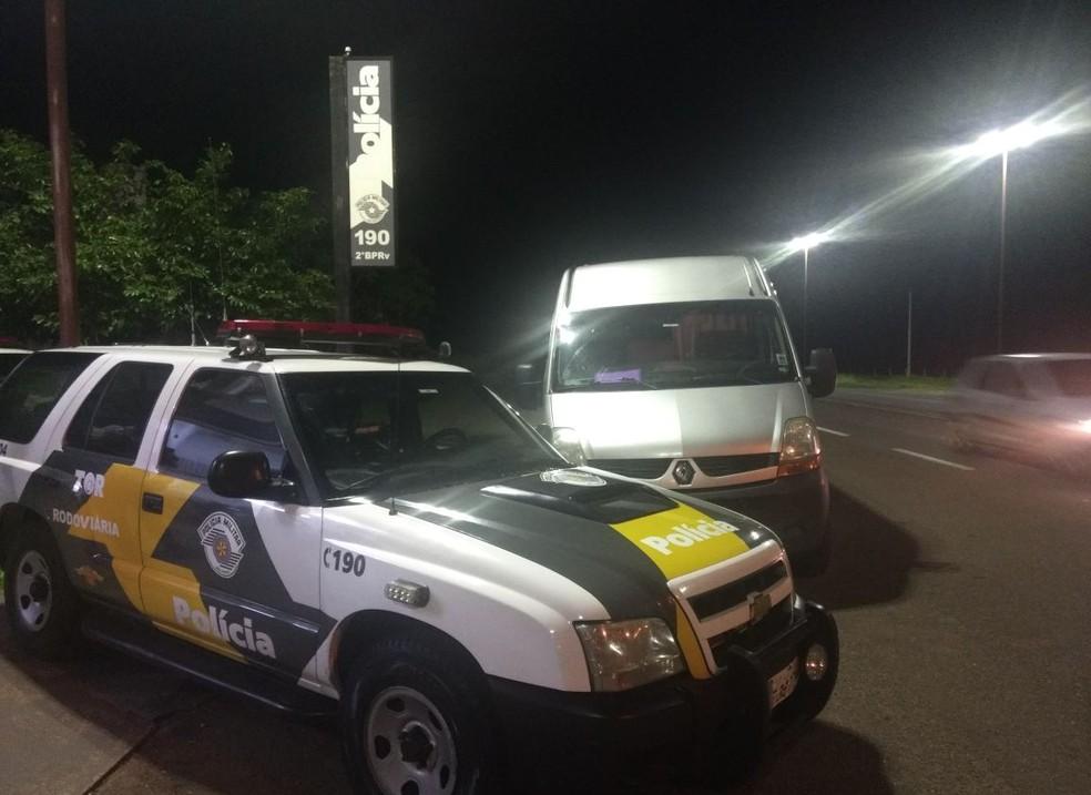 Micro-ônibus com dinheiro em fundo falso foi abordado pela Polícia Militar Rodoviária, em Rosana (SP) (Foto: Polícia Militar/Cedida)