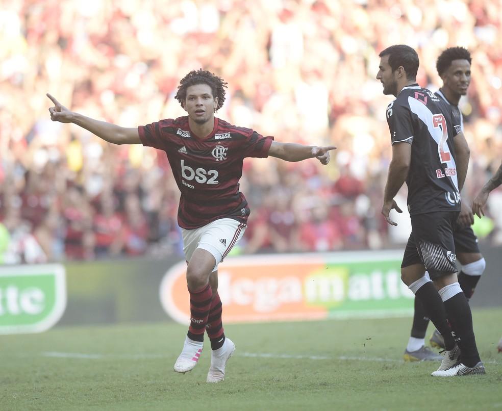 Arão comemora o primeiro gol do Flamengo — Foto: André Durão