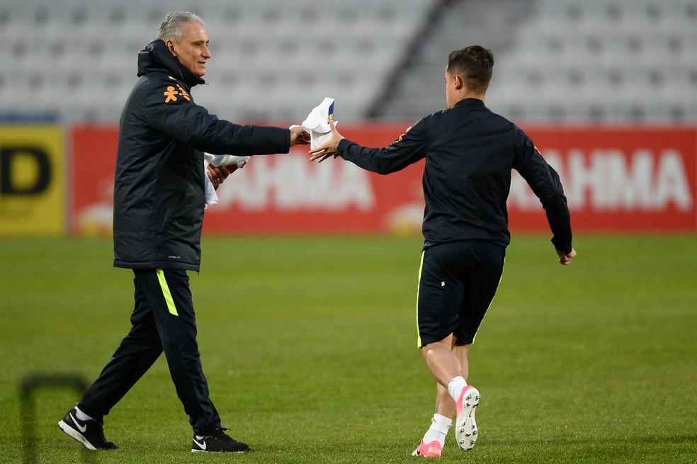 Tite entrega colete a Coutinho em treino da Seleção (Foto: Pedro Martins/MoWA Press)