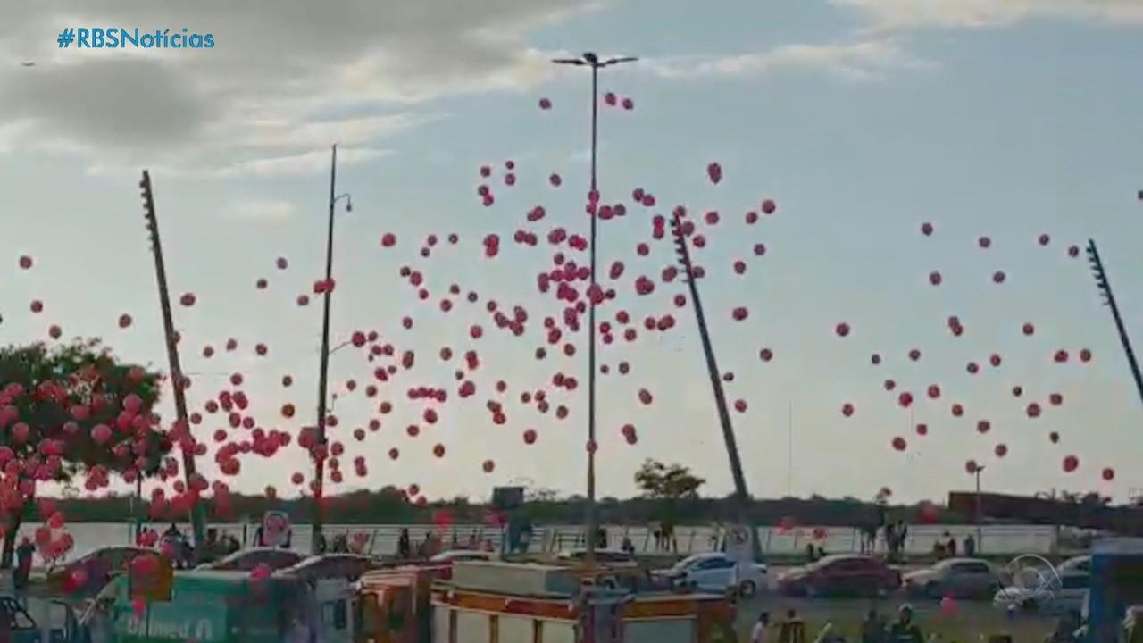 Carreata marca último dia de atividades do Outubro Rosa, em Porto Alegre