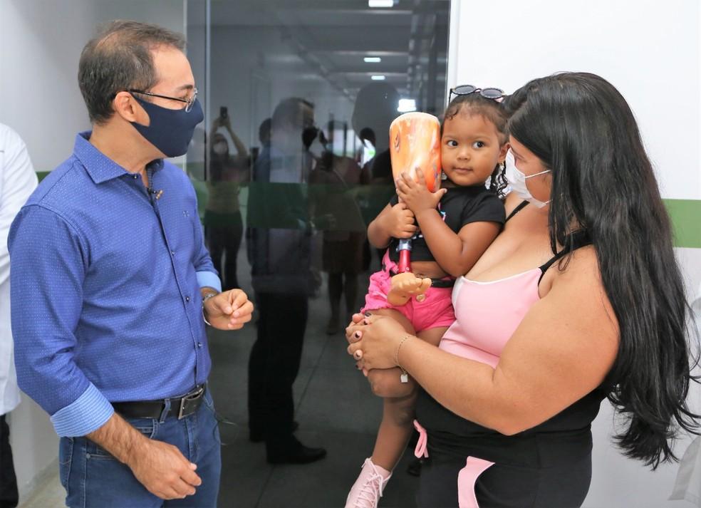 Mãe e pequena Ana Júlia comemoram entrega de prótese  — Foto: Marcos Sandes/Prefeitura de Araguaína