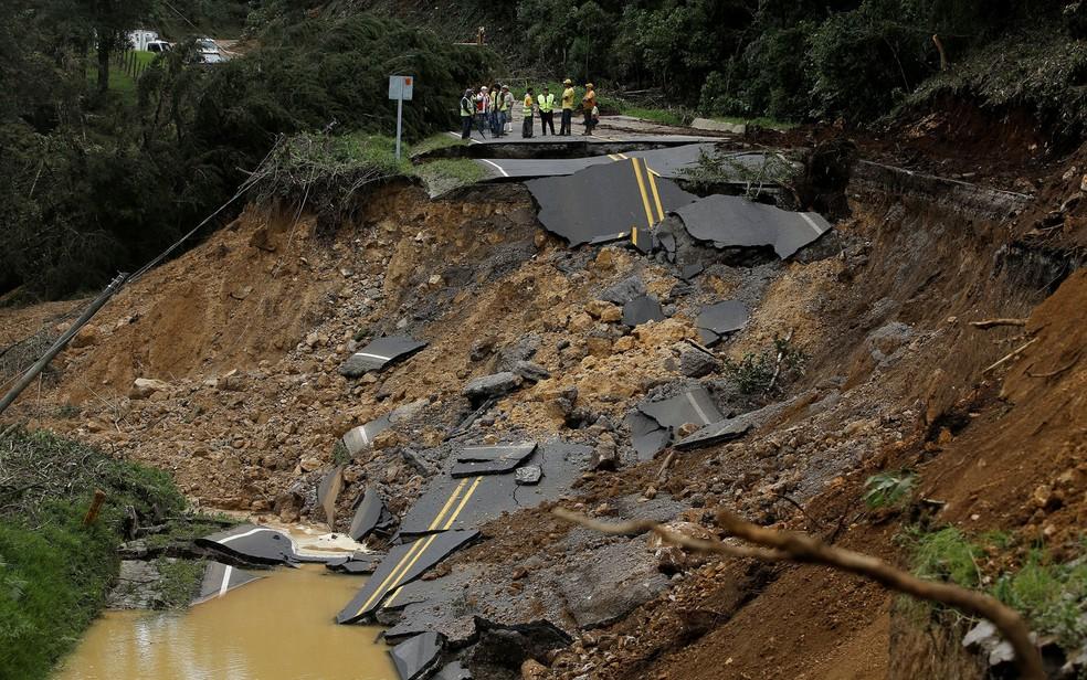 Pessoas observam Estrada destruída pela passagem da tempestade tropical Nate em Casa Mata, na Costa Rica, na sexta-feira (6) (Foto: Reuters/Juan Carlos Ulate)