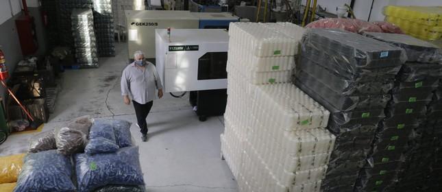 lta de matéria prima prejudica fábricas no Brasil . Júlio Cesas em sua fábrica de embalagem, frascos e potes para produtos de Beleza que funciona em Nilópolis , Júlio teme falta de matéria - prima para janeiro