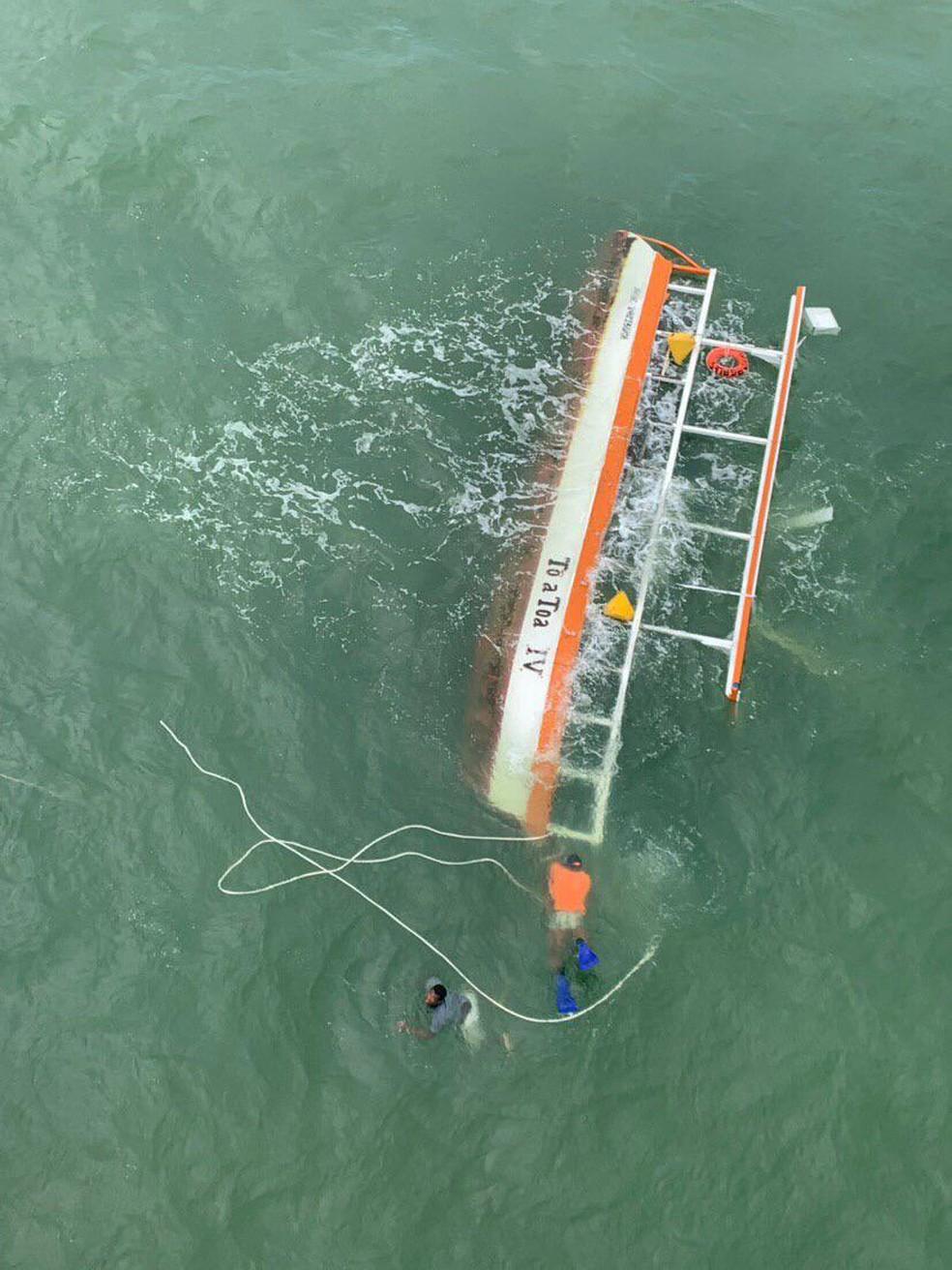 Naufrágio de catamarã em Maragogi, Litoral Norte de Alagoas, deixou duas pessoas mortas — Foto: Divulgação/Corpo de Bombeiros