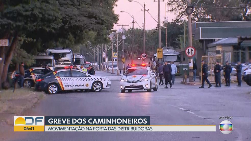Área no SIA escoltada pela Polícia Militar (Foto: Reprodução/TV Globo)