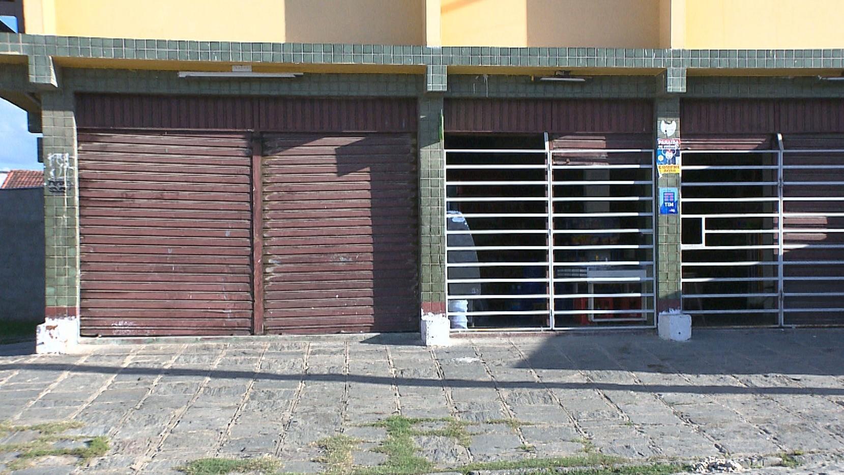 Suspeitos usam táxi para arrombar depósito de bebidas, em Campina Grande