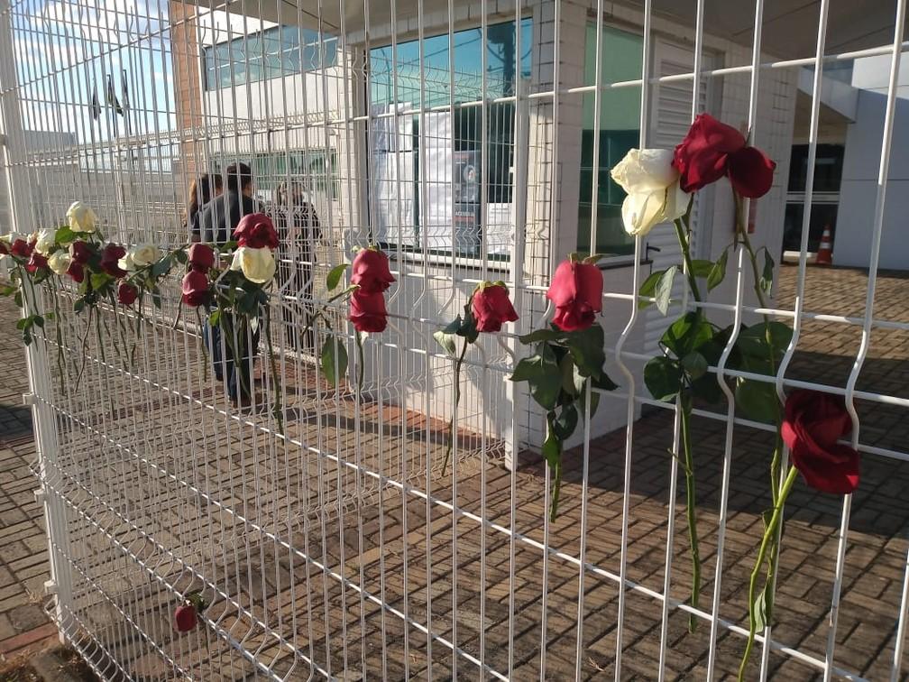 Manifestantes penduraram rosas nas grades do Fórum de Guarapuava — Foto: Bárbara Hammes/G1 PR