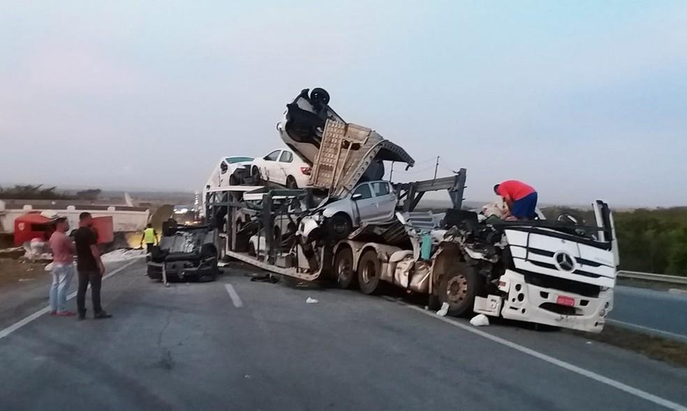 Impacto foi tão forte, que cabine do caminhão cegonha ficou destruída — Foto: Reprodução/Redes sociais