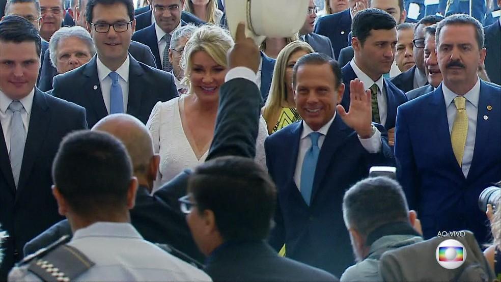 Doria acena com a primeira-dama Bia Doria na Assembleia Legislativa ? Foto: TV Globo/Reprodução
