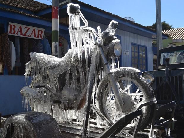 Moto ficou completamente congelada (Foto: Dionata Costa/São Joaquim Online)