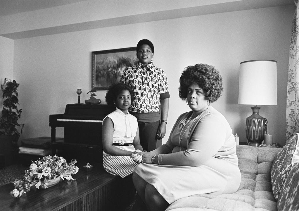 Linda Brown com seus dois filhos, em imagem de abril de 1974 (Foto: AP Photo, File)