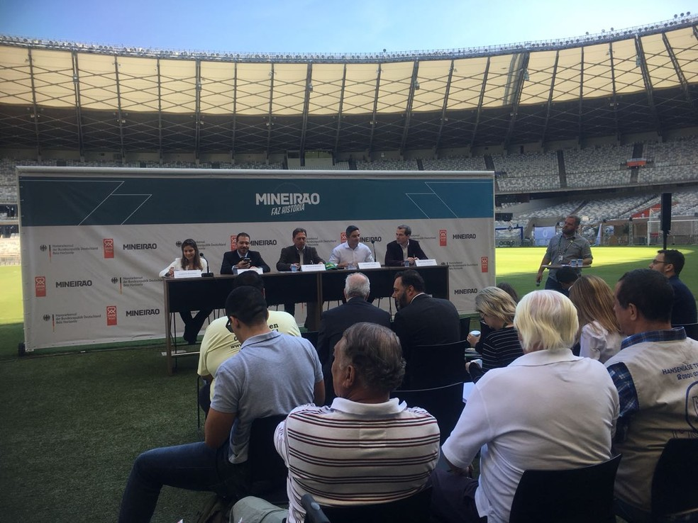 Representantes da Minas Arena e do consulado da Alemanha apresentaram projeto de ação social (Foto: Valeska Amorim)