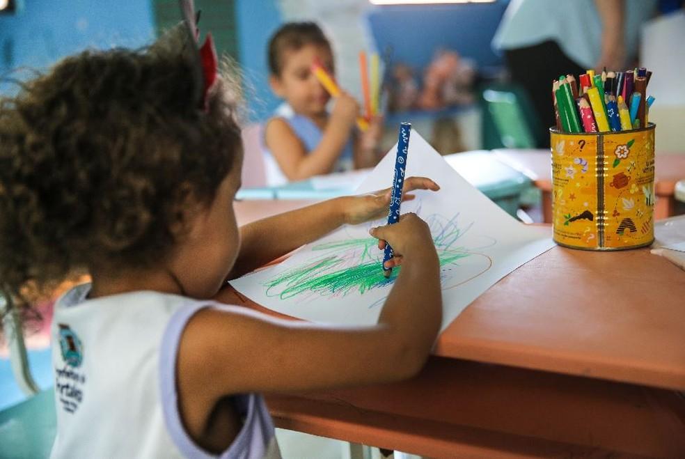 Imagem de arquivo mostra criança desenhando durante atividade da educação infantil. — Foto: Helene Santos/Sistema Verdes Mares