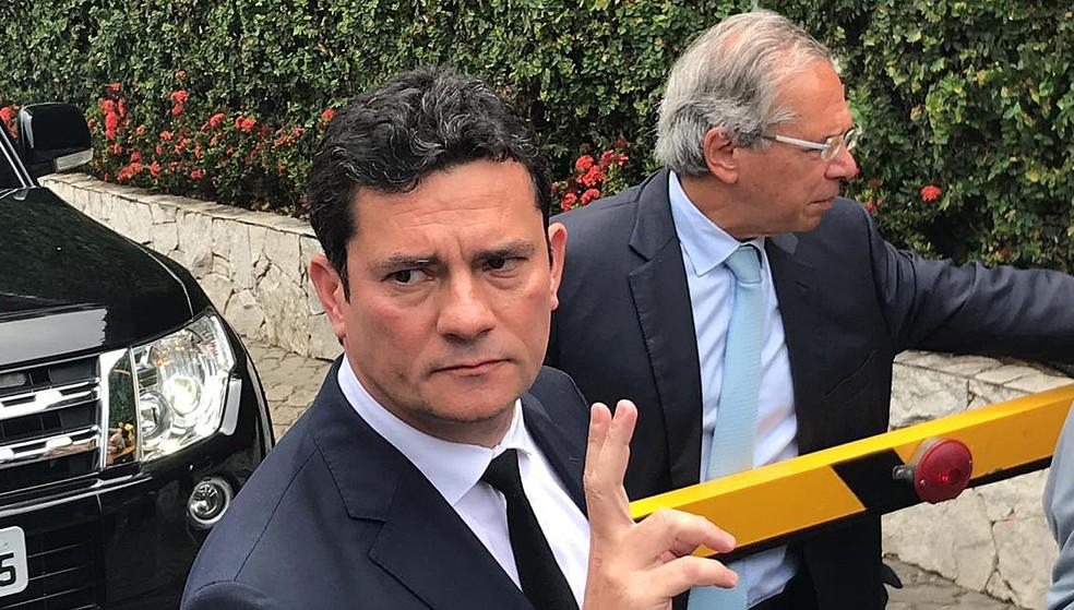 Sérgio Moro, ao lado de Paulo Guedes, deixando a casa de Jair Bolsonaro, no Rio, quando aceitou o convite para ser ministro da Justiça — Foto: Henrique Coelho/G1