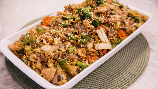 Receita asiática: Yakisoba com filé mignon, frango e legumes