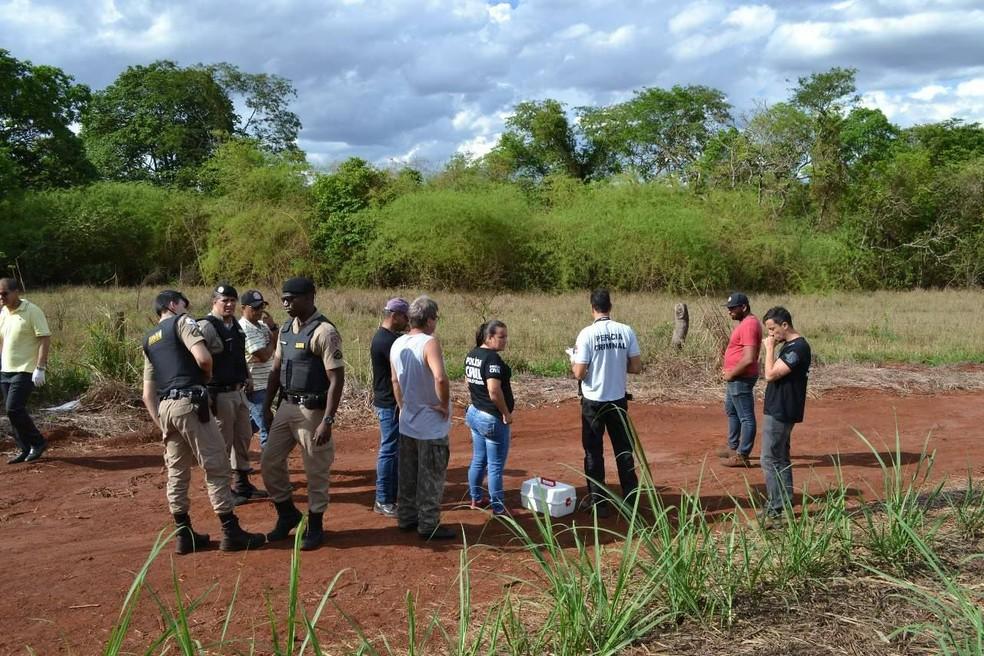 PM e perícia técnica da Polícia Civil foram para área entre Frutal e Itapagipe onde corpo de jovem desaparecida foi encontrado (Foto: Samir Alouan/Rádio 97 FM/Pontal Online)
