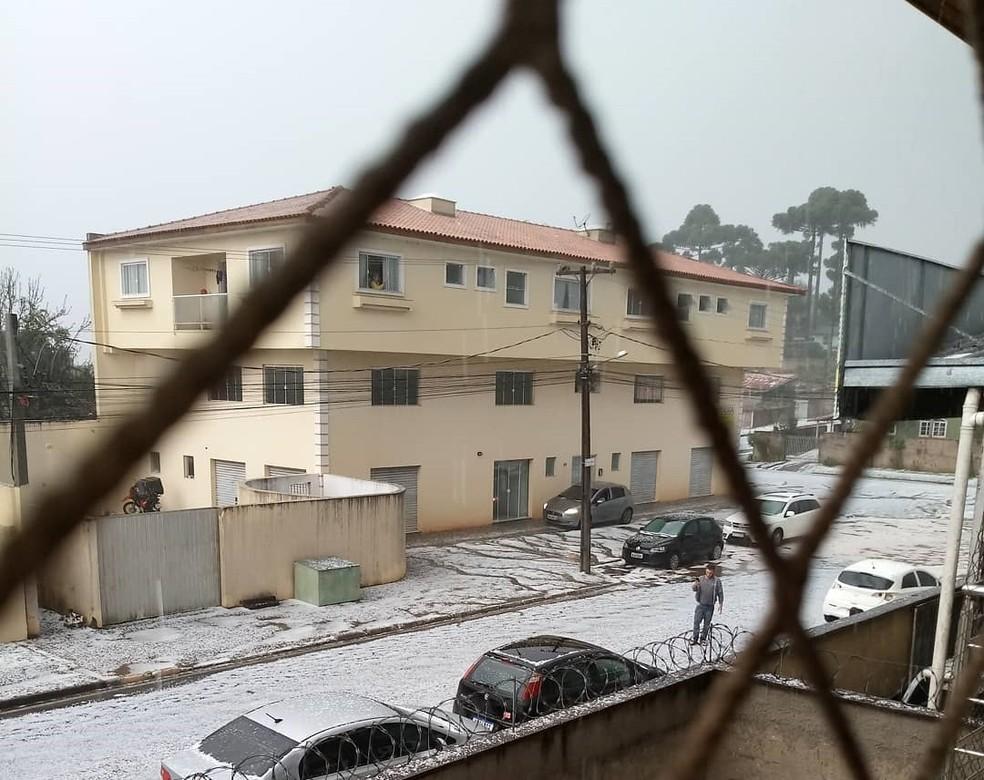 Vizinhança fica coberta de pedras de gelo, em Campina Grande do Sul — Foto: Arquivo pessoal/Bruna Dourado