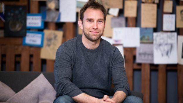Chris Sheldrick fundou what3words em 2013 após enfrentar problemas pessoais com entregas de correspondências e pontos de encontro de bandas nos locais dos shows (Foto: WHAT3WORDS/ via BBC News Brasil)