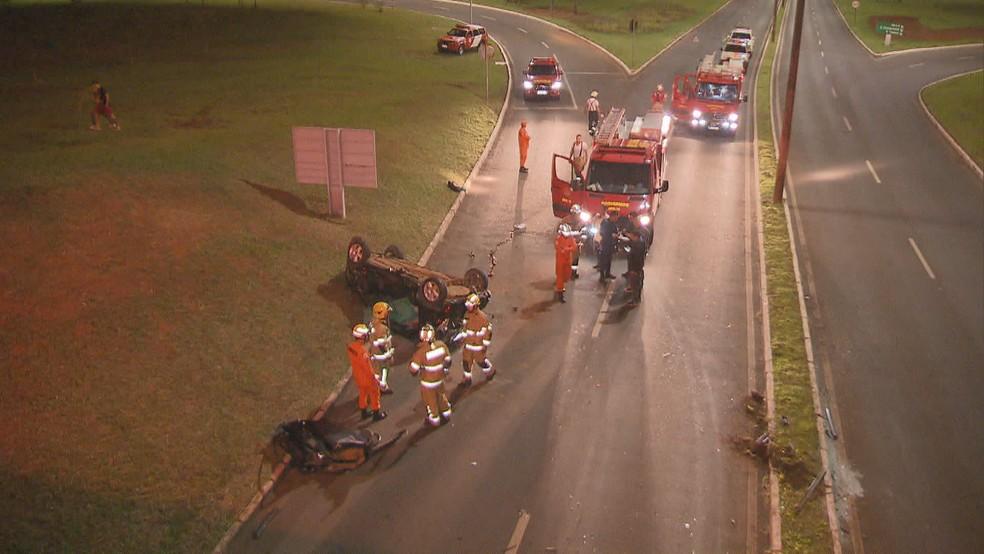 Carro tombado na L4 — Foto: Reprodução/TV Globo