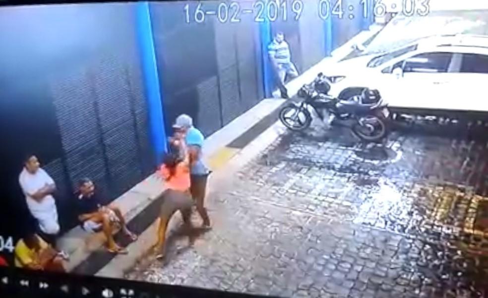 Vídeo mostra momento em que vítima é golpeada no ombro, na Zona Sul de Teresina — Foto: Reprodução