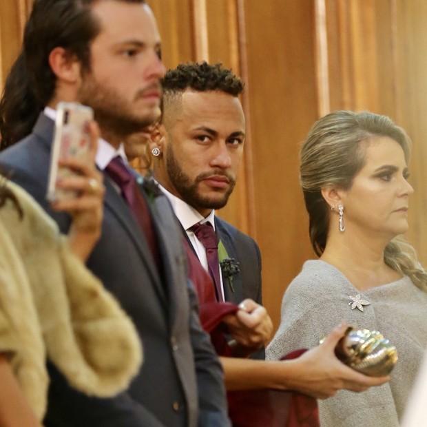 Nymar no altar casando os amigos (Foto: Manuela Scarpa/Brazil News)