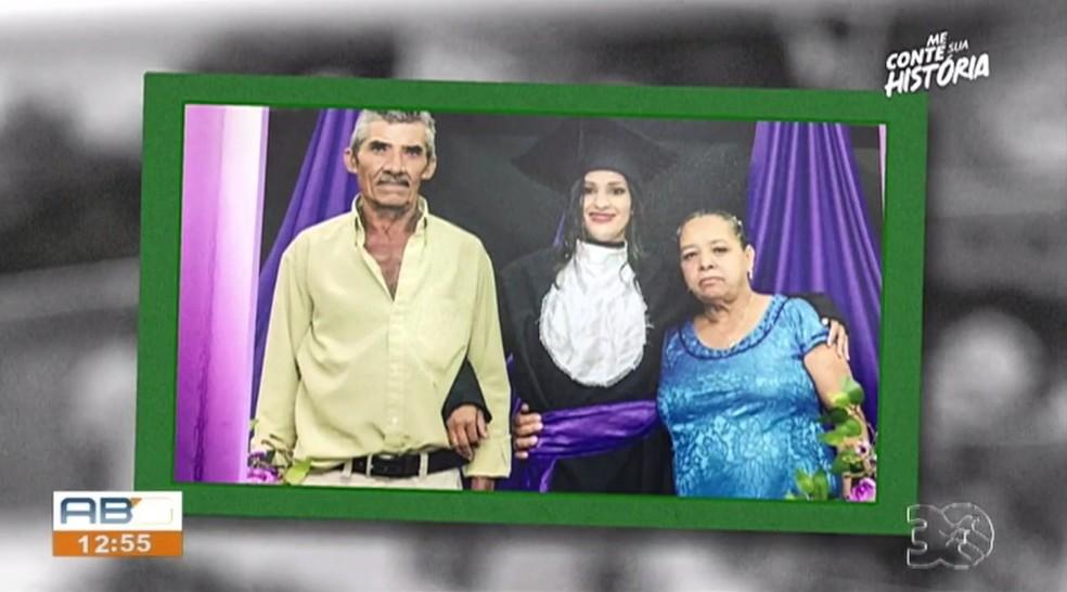 Cleide e os pais durante a formatura dela na faculdade — Foto: TV Asa Branca/Reprodução