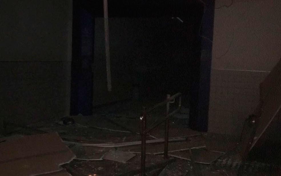 Agência bancária ficou destruída com impacto da explosão (Foto: Arquivo Pessoal)